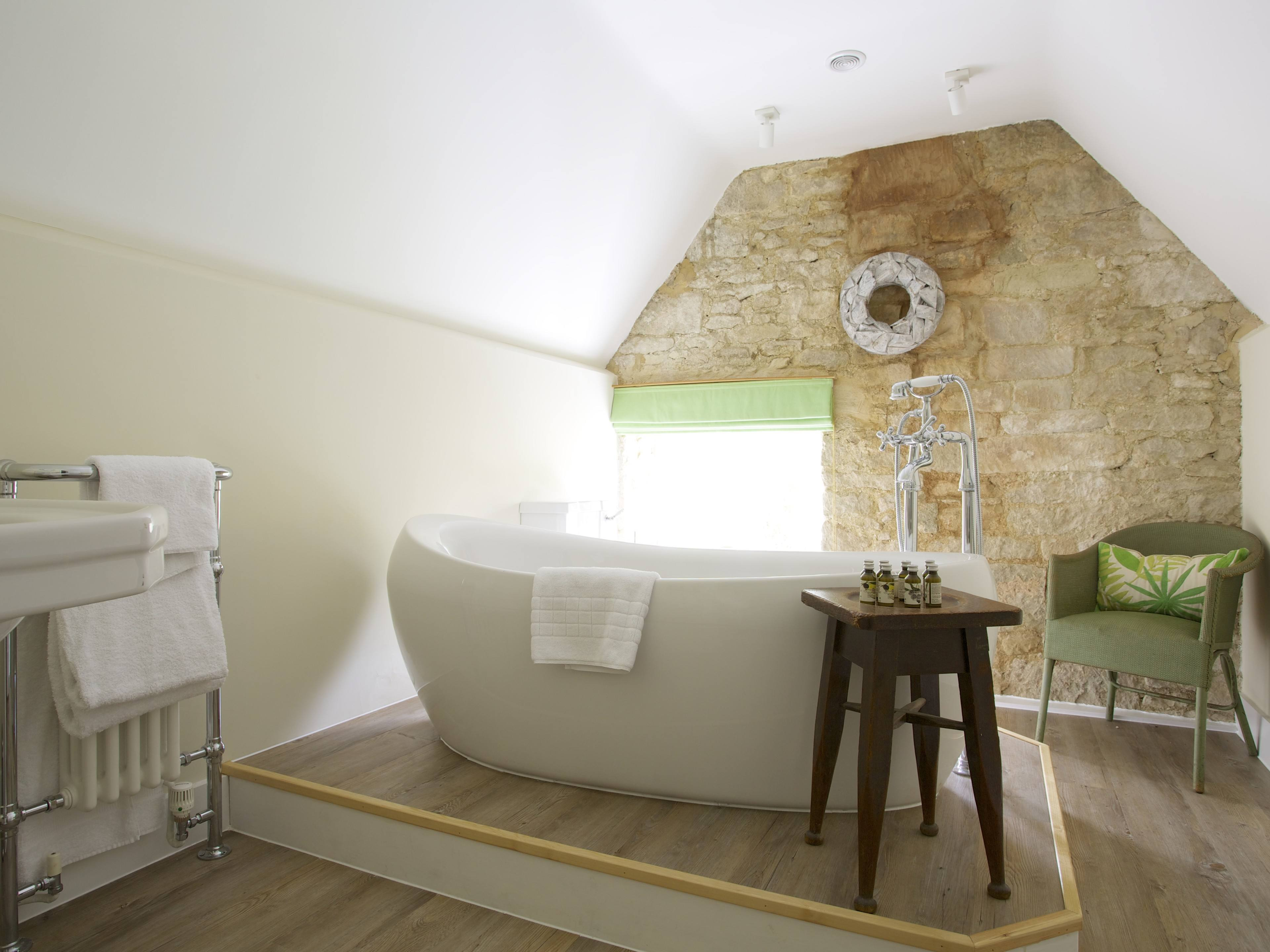 The Royal Oak Swallowcliffe Ashcombe Kingsize bed and ensuite bathroom in the attic