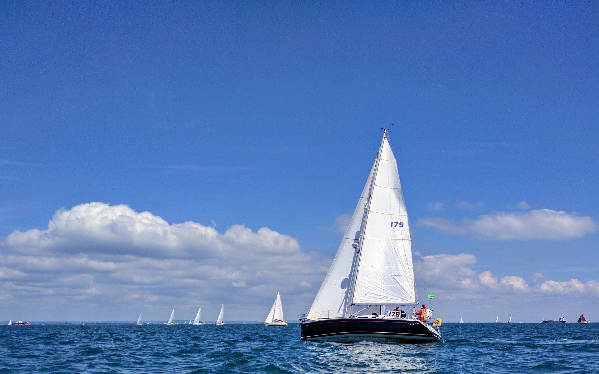 sailing-3521338_1920.jpg